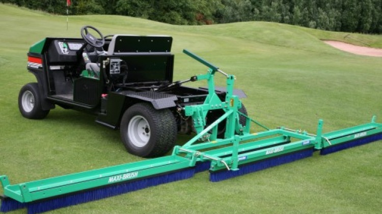 Maxi-Brush extended on golf course
